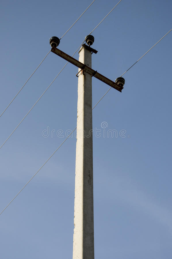 Lignes électriques électriques sur un ciel bleu photographie stock