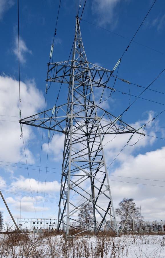 Lignes électriques électriques sur un fond de ciel bleu image stock