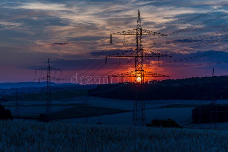 Lignes électriques au coucher du soleil images libres de droits