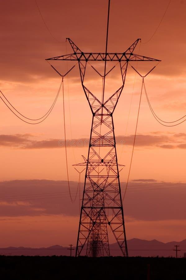 Lignes électriques avec des cieux de coucher du soleil photographie stock