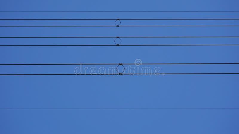 Lignes électriques avec trois cercles au milieu image libre de droits