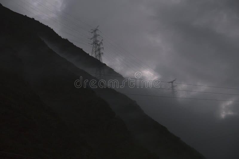 Lignes électriques coupées par les montagnes photo libre de droits