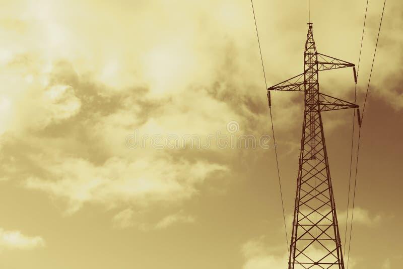 Lignes électriques d'or photographie stock libre de droits