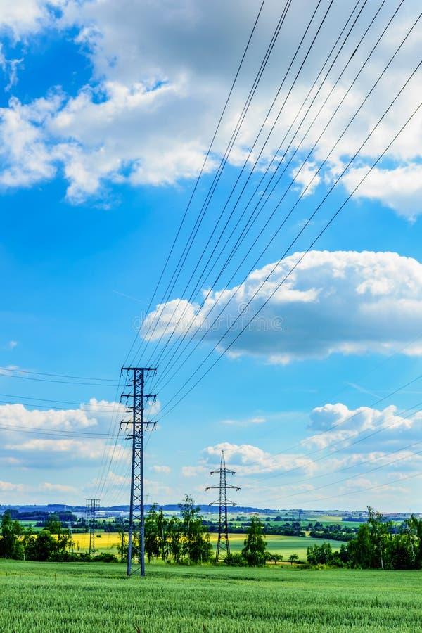 Lignes électriques dans les domaines près de Prague image libre de droits