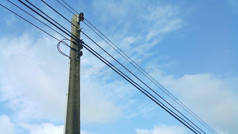 Download Lignes électriques De Tension élevée Contre Le Ciel Bleu Photo stock - Image du tension, réseau: 76086910