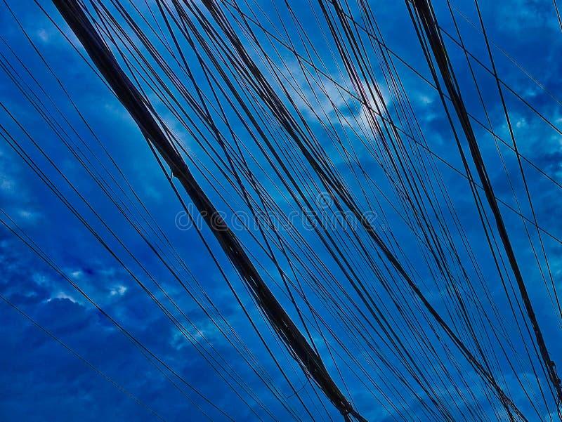 Lignes ?lectriques et ciel nuageux, fond, modifi? la tonalit? photographie stock libre de droits