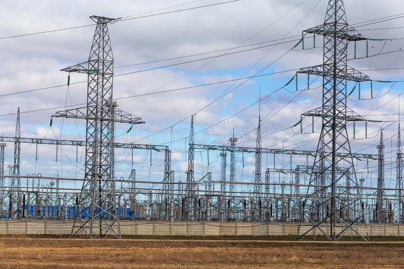 Lignes électriques et tours à haute tension de pylône de transmission de l'électricité Distribution industrielle de l'électricité images libres de droits