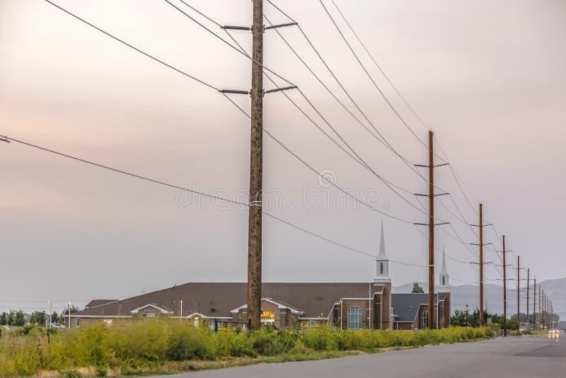 Lignes électriques le long de la route en Eagle Mountain Utah image stock