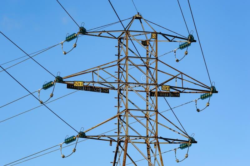 Lignes électriques moyennes de tension images libres de droits