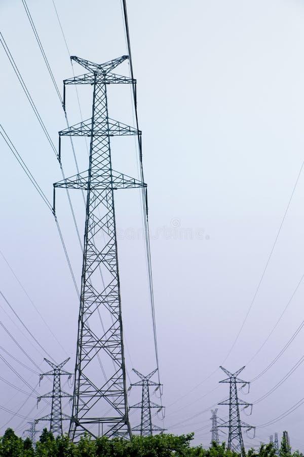 Lignes électriques sur le ciel pourpre images libres de droits