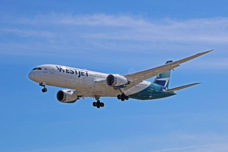 Lignes aériennes Boeing 787-9 Dreamliner de WestJet à l'approche finale images libres de droits