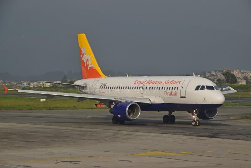 Lignes aériennes royales du Bhutan à l'aéroport international du Népal Tribhuvan images stock