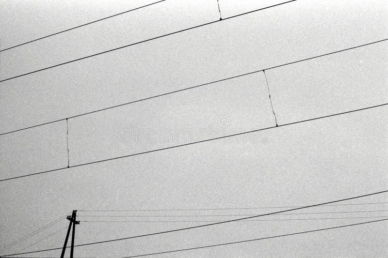 Lignes abstraites de câble électrique avec le ciel sur la texture grenue de film images libres de droits