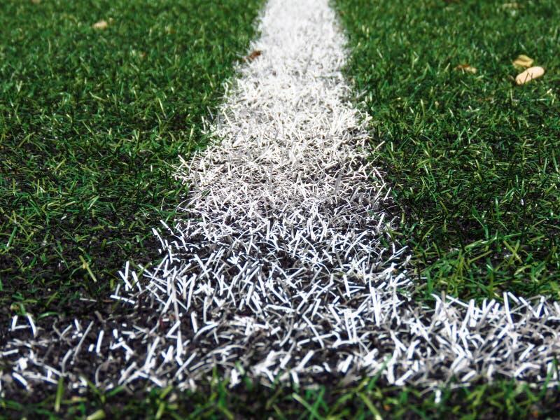 Lignes blanches sur le gazon de lancement du football images stock