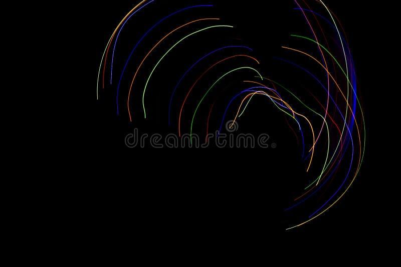 Lignes color?es abstraites sur le fond noir Photographie de peinture l?g?re avec les mod?les irr?guliers pour le recouvrement Res illustration libre de droits