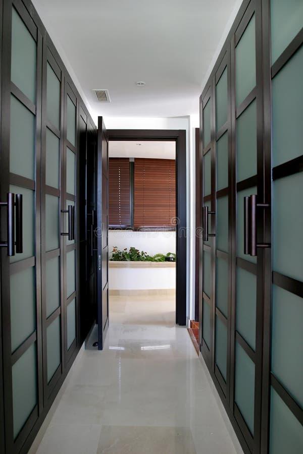 Lignes convergentes d'une promenade verte dans les garde-robes dans une grande villa espagnole. photographie stock libre de droits