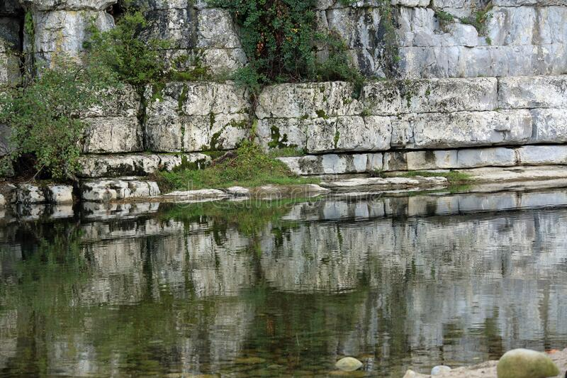 Lignes de roches et miroir photos stock