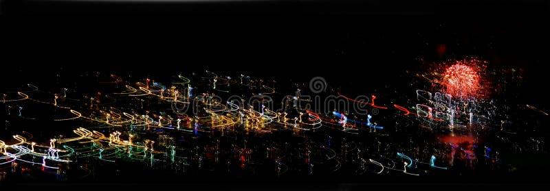 Lignes de tourbillonnement sur le fond noir horizontal images stock