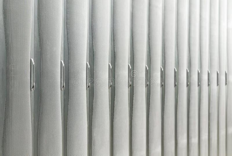 Lignes des armoires avec le serveur et le matériel de réseau. image stock