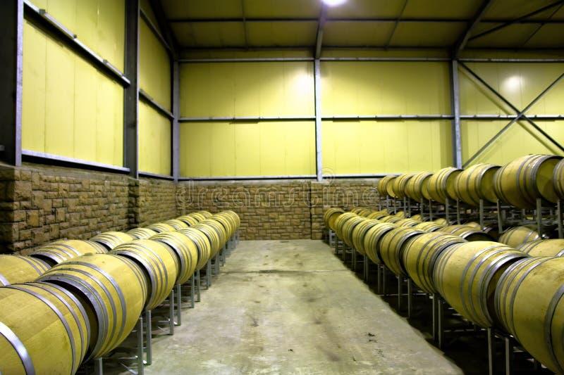 Lignes des barils dans la salle d'entreposage de vin photo stock