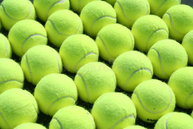 Lignes des billes de tennis photographie stock