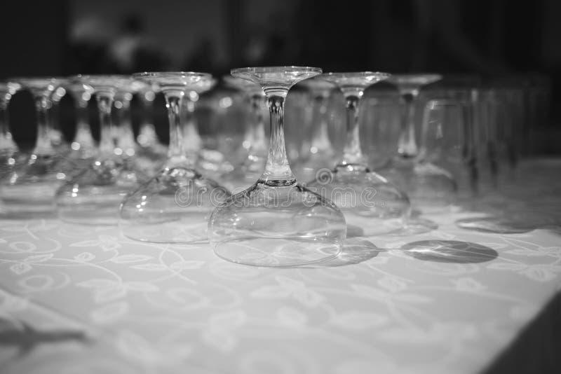 Lignes des glaces de vin vides photo stock