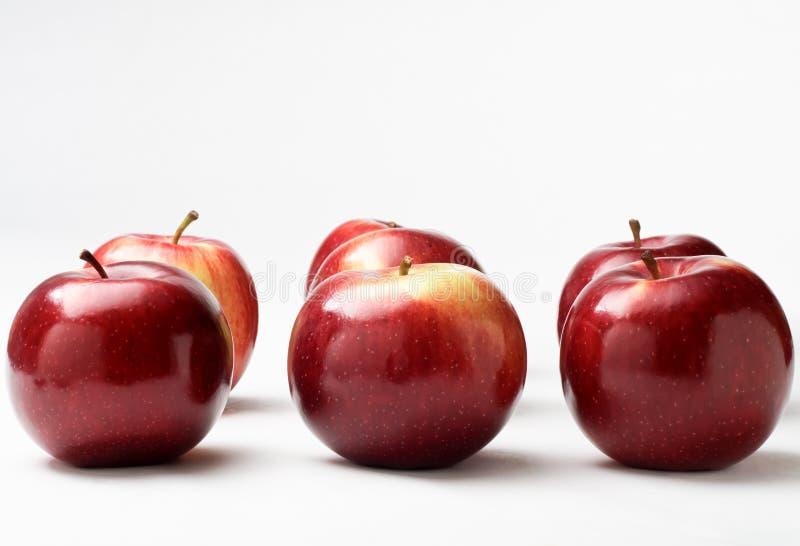 Lignes des pommes rouges images stock