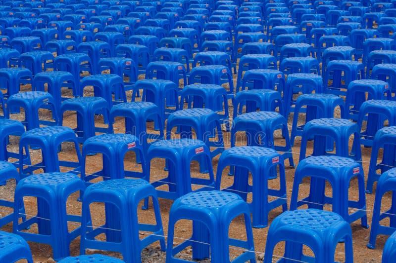 Lignes des tabourets en plastique bleus image libre de droits