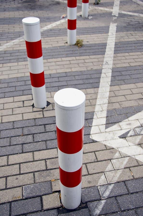 Lignes et poteaux d'amarrage de rue de ville photos libres de droits