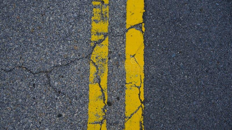 Lignes jaunes parall?les sur le plancher photos stock