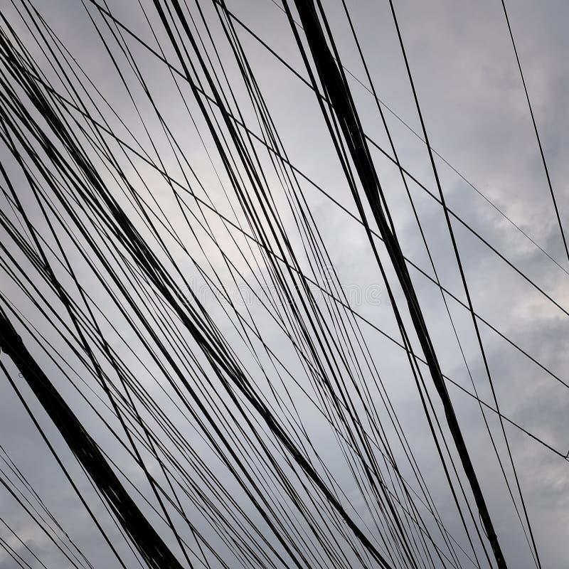Lignes ?lectriques et ciel nuageux, fond, modifi? la tonalit? photo stock