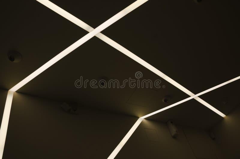 Lignes lumineuses allumées par courant électrique, lampe au néon images libres de droits
