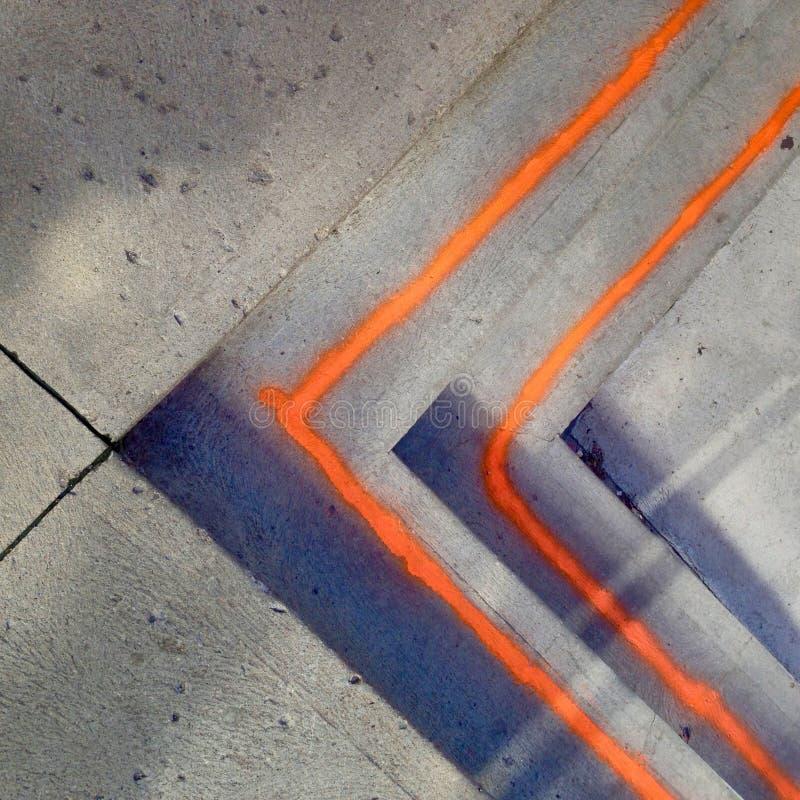 Lignes oranges peintes sur des étapes image stock