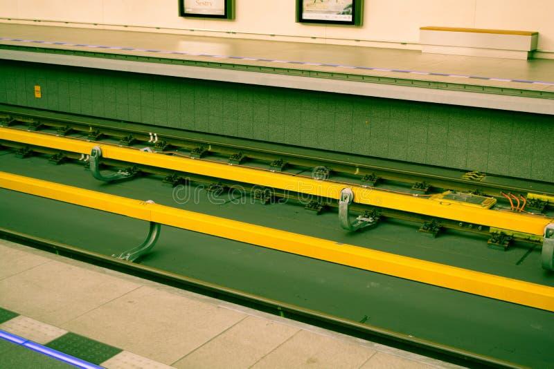 Lignes ou rails souterrains de souterrain en jaune et vert de Prague photo libre de droits