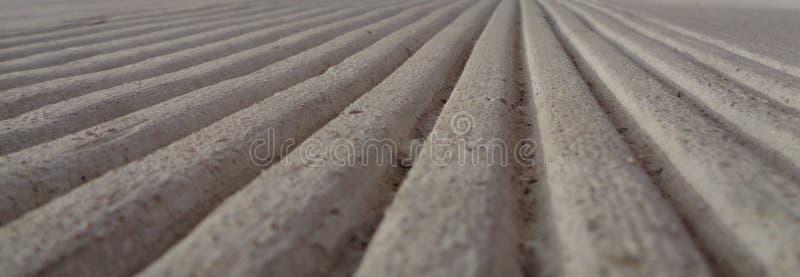 Lignes parallèles en béton vers un horizon photographie stock