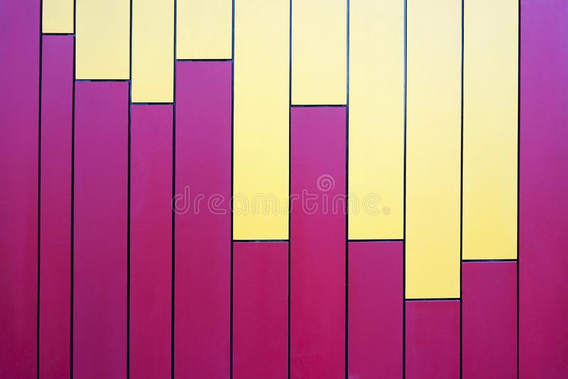 Lignes roses et jaunes colorées de rayure verticale images libres de droits