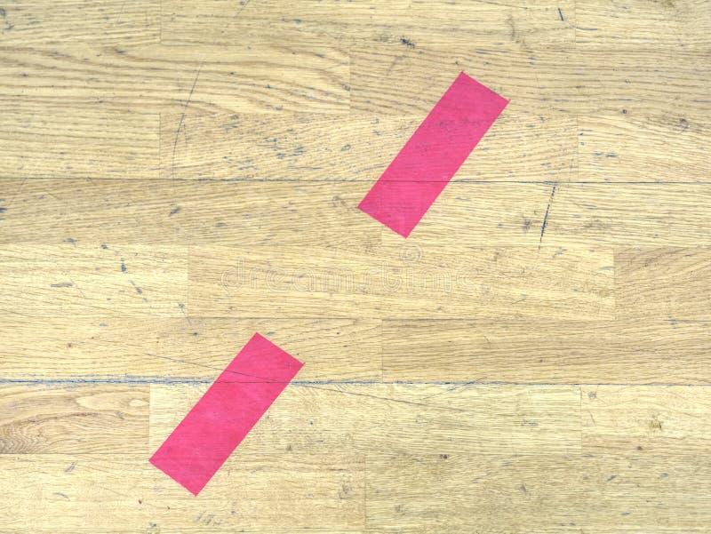 Lignes solides ou pointillées rouges Surface de champ de sports rouge et noir photographie stock