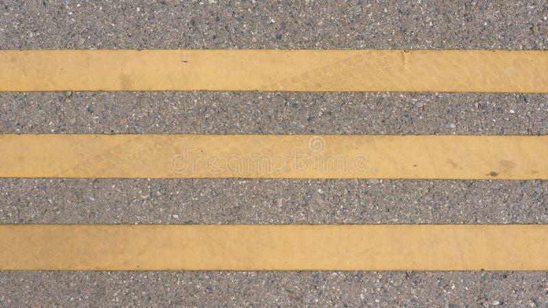 Lignes sur les lignes droites piétonnières de marquage routier de voie de route images stock