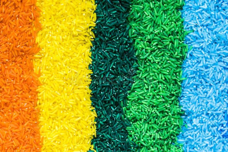 Lignes verticales avec du riz coloré images stock