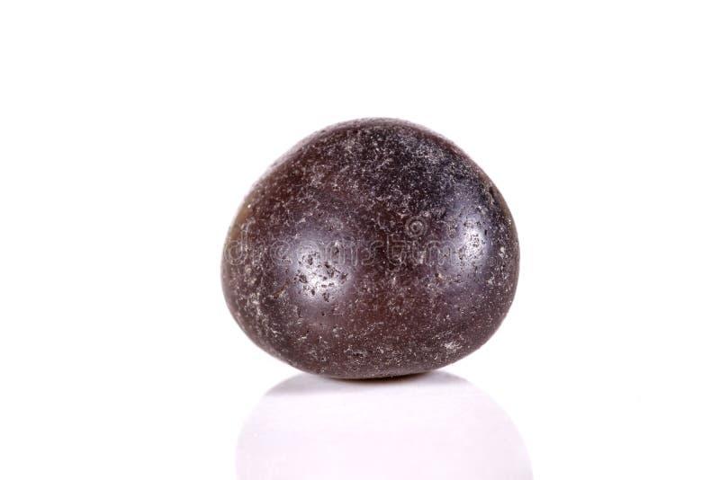 Lignite de pedra mineral macro em um fundo branco imagem de stock