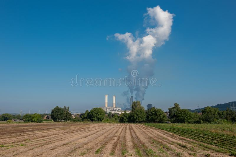 Lignitkraftverket för elektricitetsutveckling - ånga löneförhöjningar för royaltyfri bild