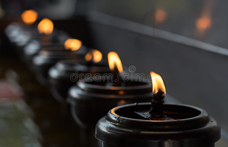 Lignting des bougies de prière photos stock
