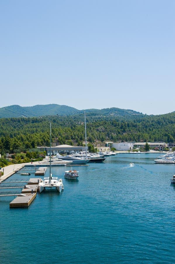 Ligplaats voor jachten en schepen, die dichtbij de bergen parkeren stock foto