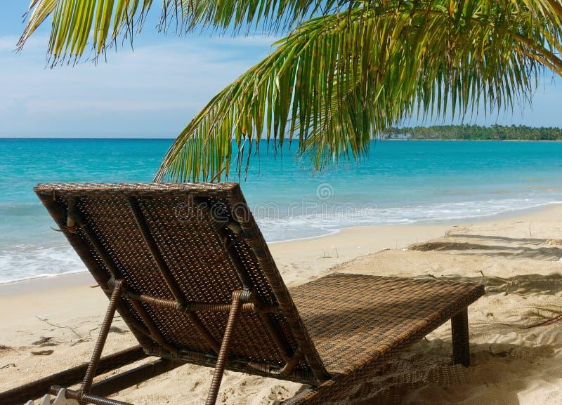 Ligstoel bij het strand stock fotografie
