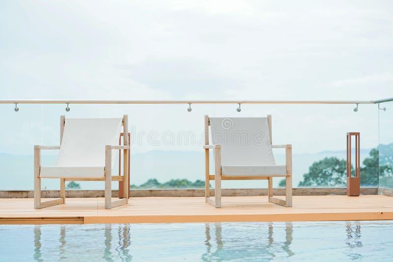 Ligstoel door de pool op het dakhotel royalty-vrije stock afbeeldingen