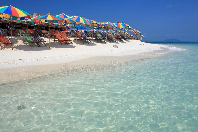 Ligstoel en kleurrijke paraplu op het strand royalty-vrije stock foto's