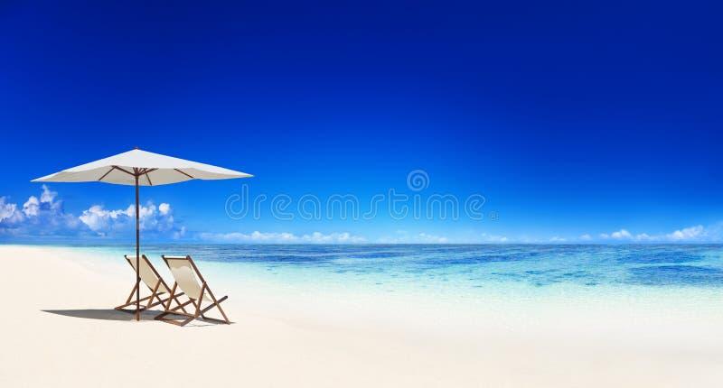 Ligstoel op het Tropische Strand stock foto