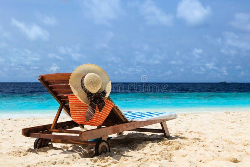 Ligstoel op perfect tropisch strand royalty-vrije stock foto