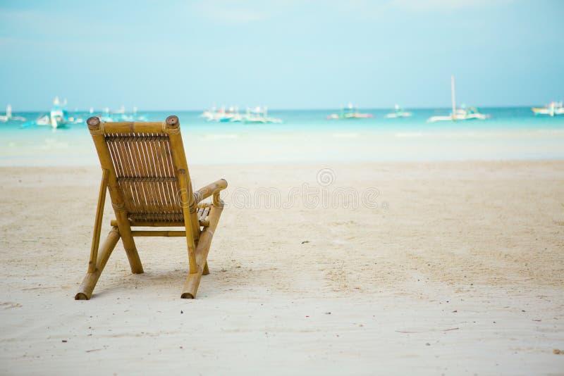 Ligstoel op perfect tropisch wit zandstrand stock afbeeldingen