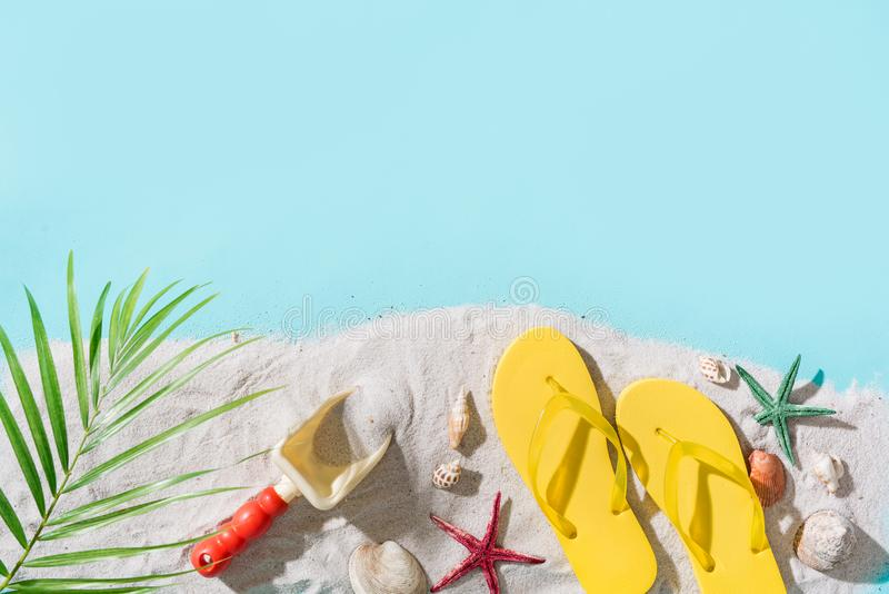 Ligstoel op strand in Brighton Vakantieachtergrond met strandtoebehoren stock foto